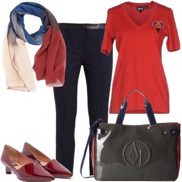 Outfit T-shirt rossa e tacco basso