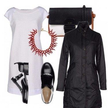 Outfit Color corallo sul bianco