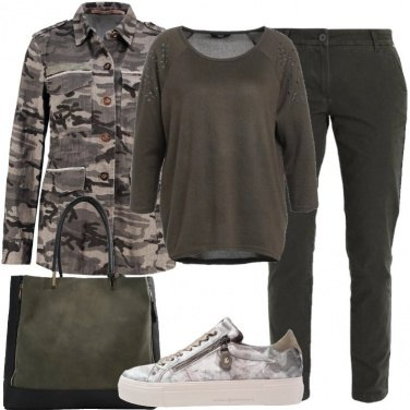 Outfit Camouflage su giacca e sneakers