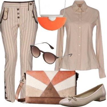 Outfit Natural beige e pennellate di arancio
