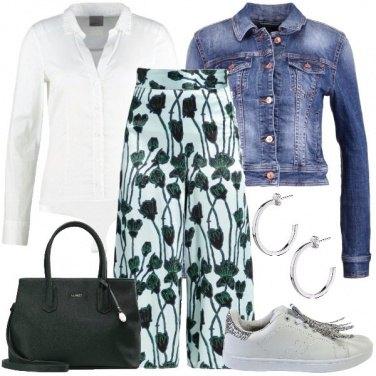 Outfit Pantaloni culotte e sneakers