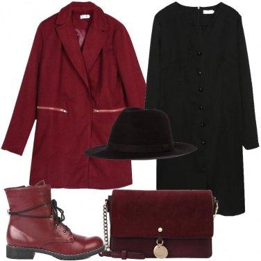 Outfit In bordeaux con le calze a rete