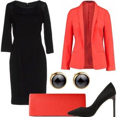 Outfit Tocco di colore con il tubino nero