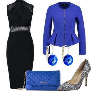 Outfit Tubino nero e giacca blu