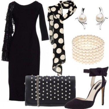 Outfit Tubino asimmetrico e perle chic