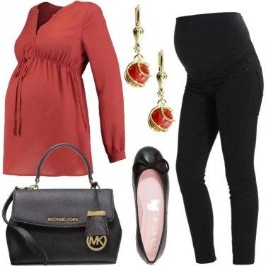 Outfit Premaman con la borsa griffata