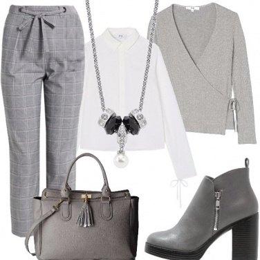 Outfit Pantaloni a scacchi grigi