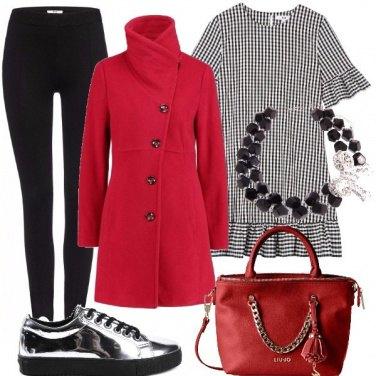 Outfit Scarpe sportive e abito romantico