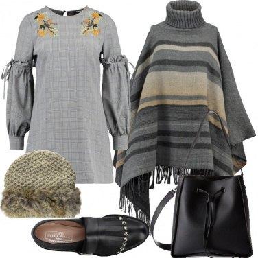 Outfit Mantella e vestito extra corto trendy