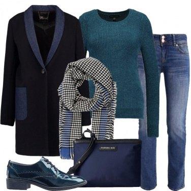 Outfit Cappotto blu con dettagli denim