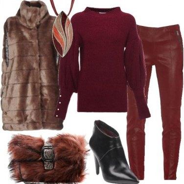 Outfit Ecopelliccia rosa e capi bordeaux