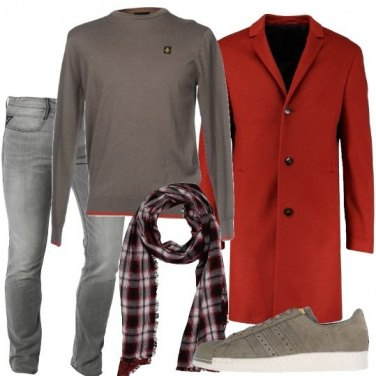 Outfit Sneakers e cappotto rosso