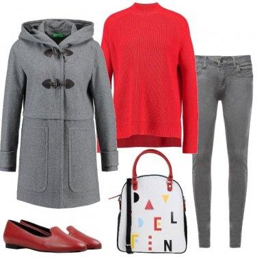 Outfit Grigio rosso e triangoli