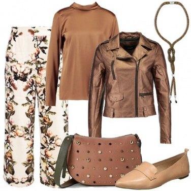 Outfit Biker bronzo e pantalone a fiori