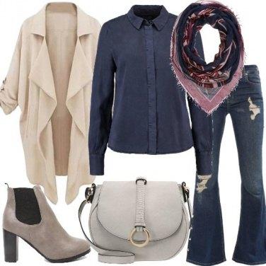 Outfit Jeans a zampa con strappi