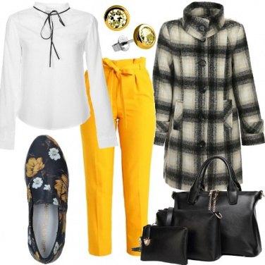 Outfit Tocchi di giallo sul cappotto tartan