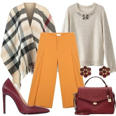 Outfit Mantella e pantalone ampio
