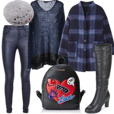 Outfit In blu trendy e zainetto