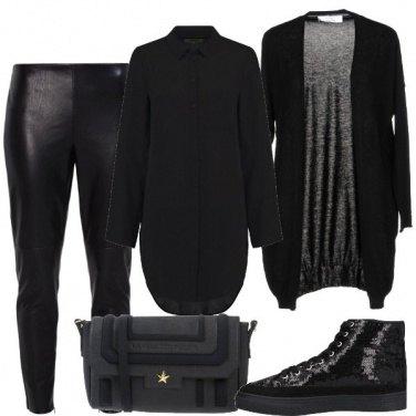 Outfit Di nero e sneakers