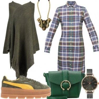 Outfit Vestito a scacchi e sneakers con zeppa
