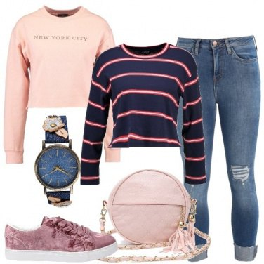 Outfit Sneakers e tracolla rosa