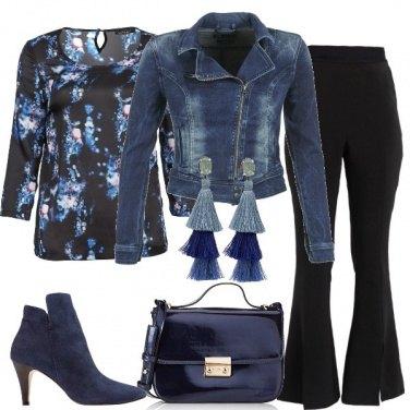 Outfit Giubbotto denim e pantaloni a zampa