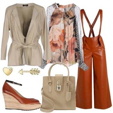 Outfit Giacca in pelle e blusa a fiori