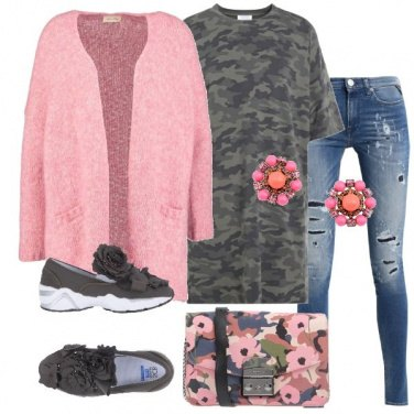 Outfit Miniabito camouflage e jeans