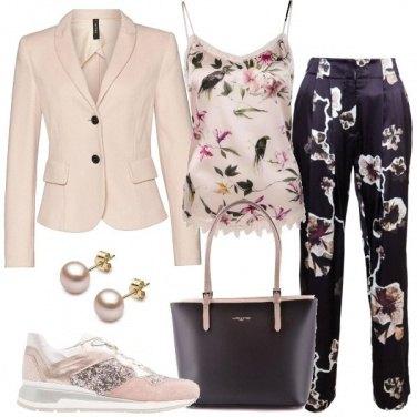 Outfit Sneakers rosa e capi fiorati
