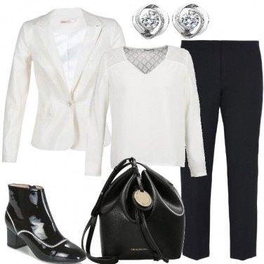 Outfit Stivaletti di vernice e blazer bianco