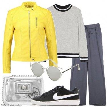 Outfit Pantalone palazzo e sneakers