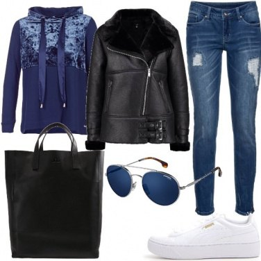 Outfit In felpa e sneakers