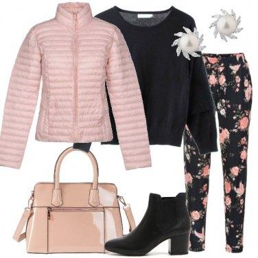 Outfit Piumino rosa e pantalone a fiori