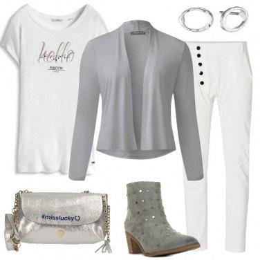 Outfit Abbinamenti di bianco e grigio