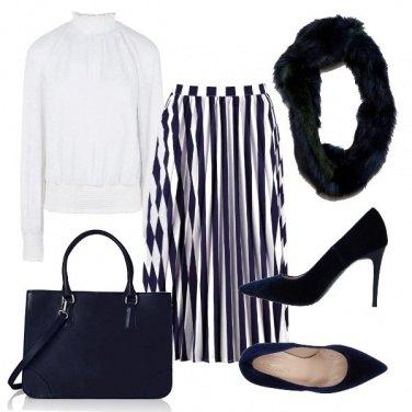 Outfit La gonna a righe bianche e blu