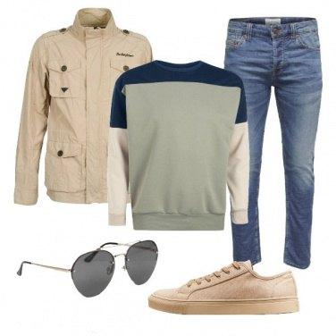 Outfit Con felpa e occhiali da sole