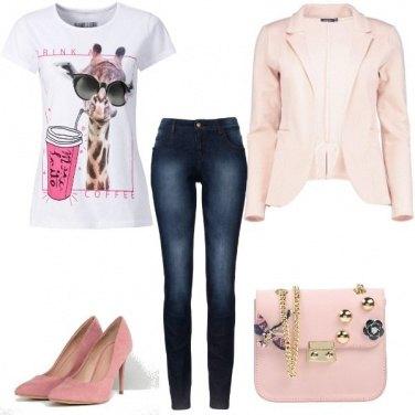 Outfit In rosa, a spasso con una giraffa trendy