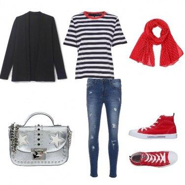 Outfit A righe blu e un tocco di rosso