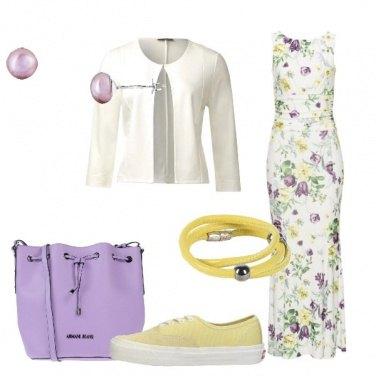 Outfit Vestito floreale lungo e sneakers