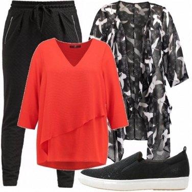 Outfit Corallo e fantasia bianca e nera