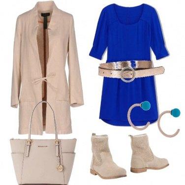 Outfit Beje con un tocco di blu