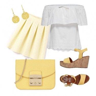 Outfit A passeggio con la tracolla gialla