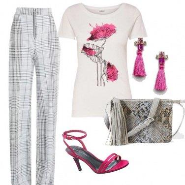 Outfit T-shirt e tocchi di rosa