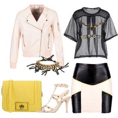 Outfit Nude e nero con un tocco di giallo