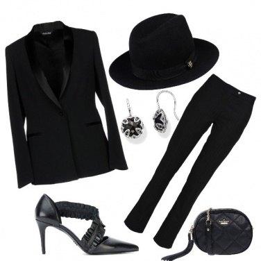 Outfit In nero con il cappello