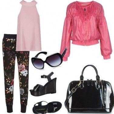 Outfit Pantalone sportivo e zeppa