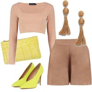 Outfit Nude e giallo fluo