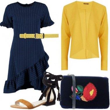 Outfit In gessato blu e blazer a contrasto