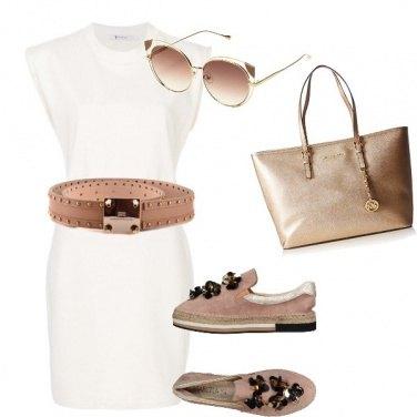 Outfit Tubino bianco ed accessori nude
