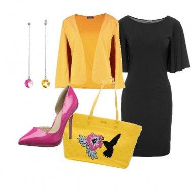Outfit Giallo e fucsia su sfondo nero